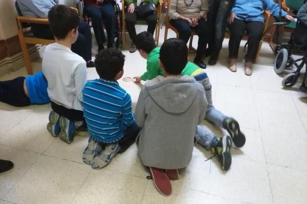 Compartiendo y aprendiendo juegos con los nuestros mayores