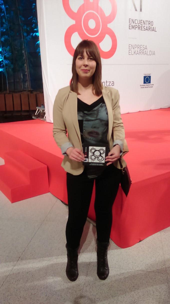 Janire, la fundadora de Ausarti, posando con el galardón.