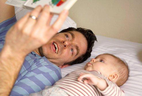 padre-leyendo-cuento-a-su-bebe